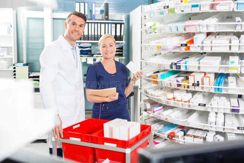 Portrait d'assistant et de pharmacien heureux photos libres de droits