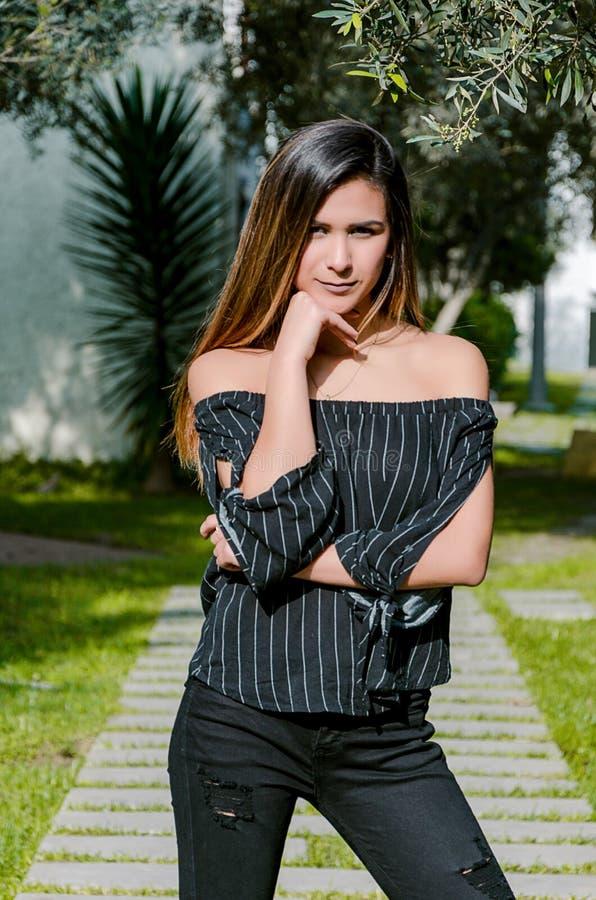 Portrait d'automne de femme Fille de mode extérieure Femme d'automne ayant l'amusement au parc et au sourire photographie stock