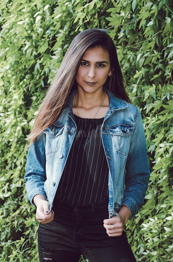 Portrait d'automne de femme Fille de mode extérieure Femme d'automne ayant l'amusement au parc et au sourire photographie stock libre de droits