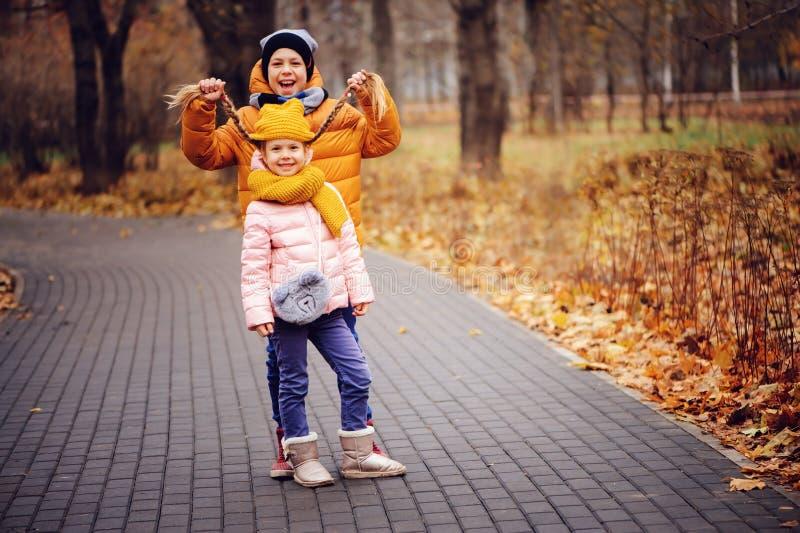 Portrait d'automne des enfants, du frère et de la soeur heureux photo stock