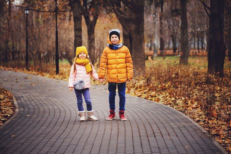 Portrait d'automne des enfants, du frère et de la soeur heureux photo libre de droits