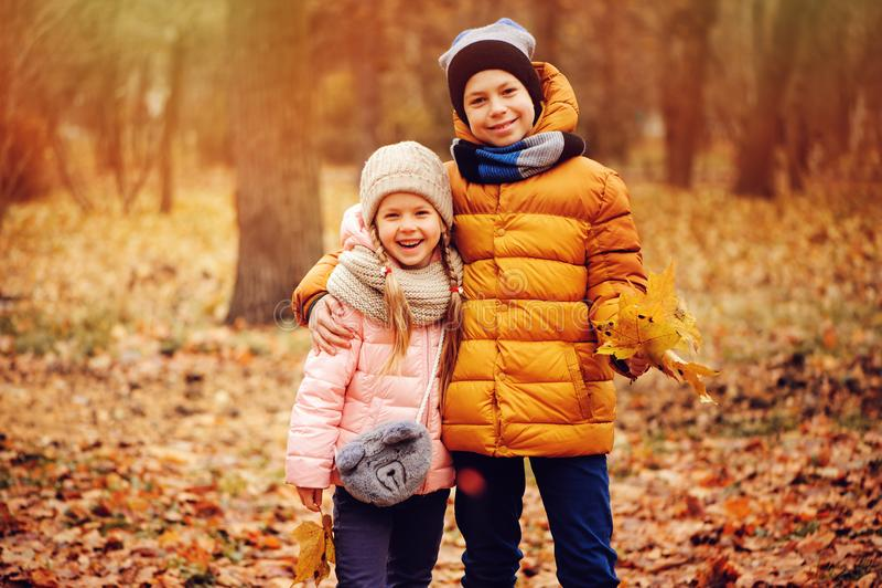 Portrait d'automne des enfants, du frère et de la soeur heureux image libre de droits