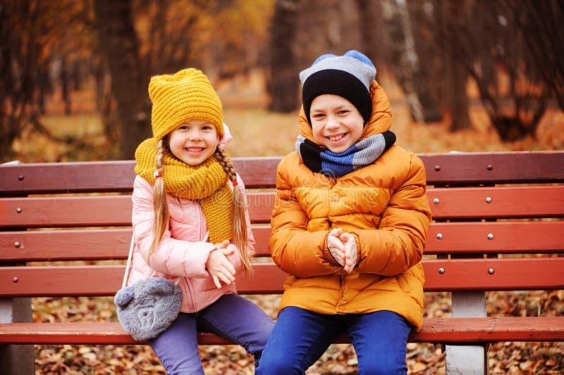 Portrait d'automne des enfants, du frère et de la soeur heureux images libres de droits