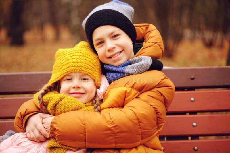 Portrait d'automne des enfants, du frère et de la soeur heureux image stock