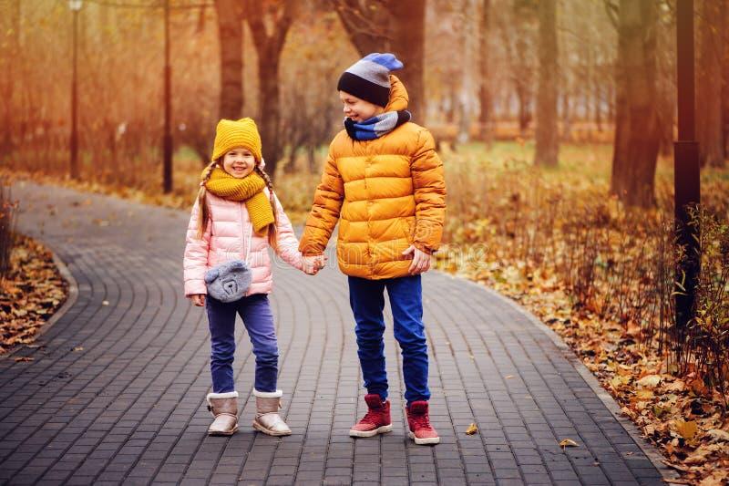 Portrait d'automne des enfants, du frère et de la soeur heureux photographie stock libre de droits