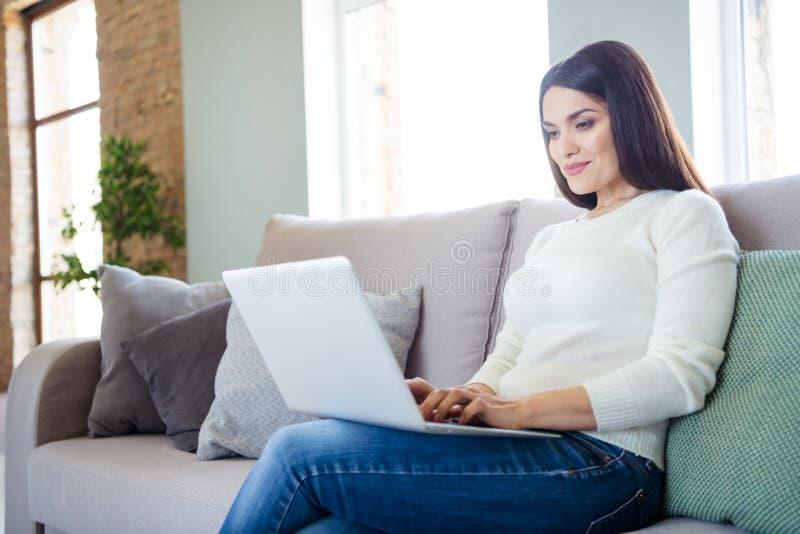 Portrait d'elle jolie jolie jolie jolie petite fille joyeuse concentrée taper des e-mails en utilisant un ordinateur portable ass photos stock