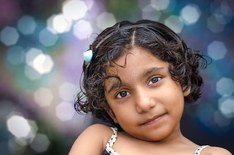 Portrait d'enfant de sourire de fille photographie stock