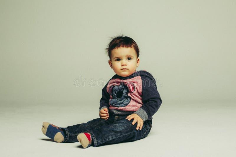 Portrait d'enfant en bas âge s'asseyant photographie stock libre de droits
