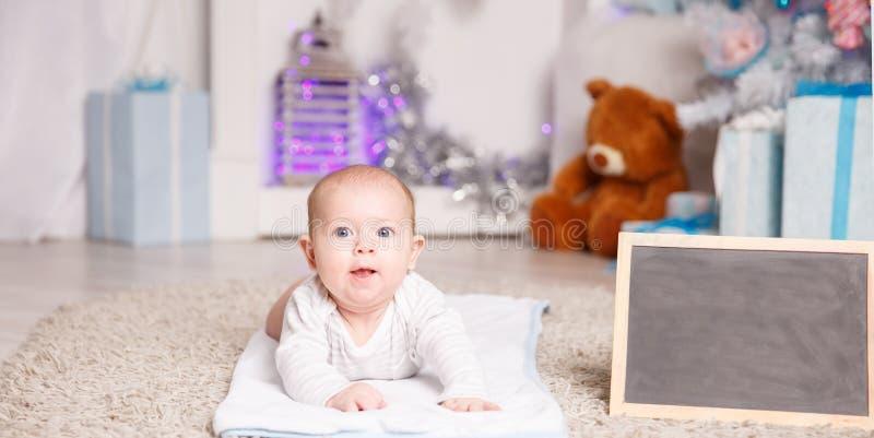 Portrait d'enfant heureux de quatre mois dans la crèche images libres de droits