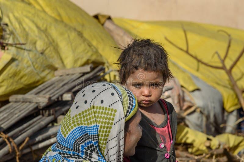 Portrait d'enfant indien sur la rue Les pauvres personnes viennent avec la famille à la ville du village pour le travail Et ils v photographie stock