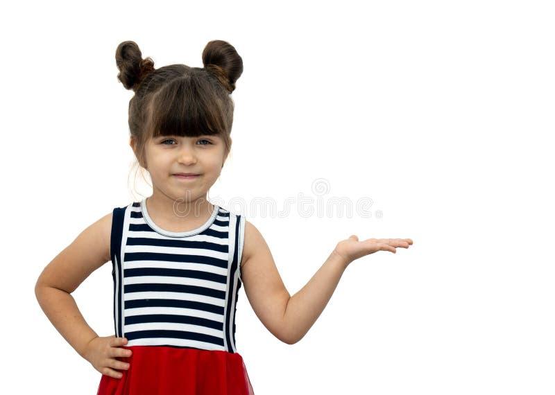 Portrait d'enfant joyeux posant et souriant avec la coupe de cheveux drôle, se dirigeant à l'espace libre pour la publicité photos libres de droits