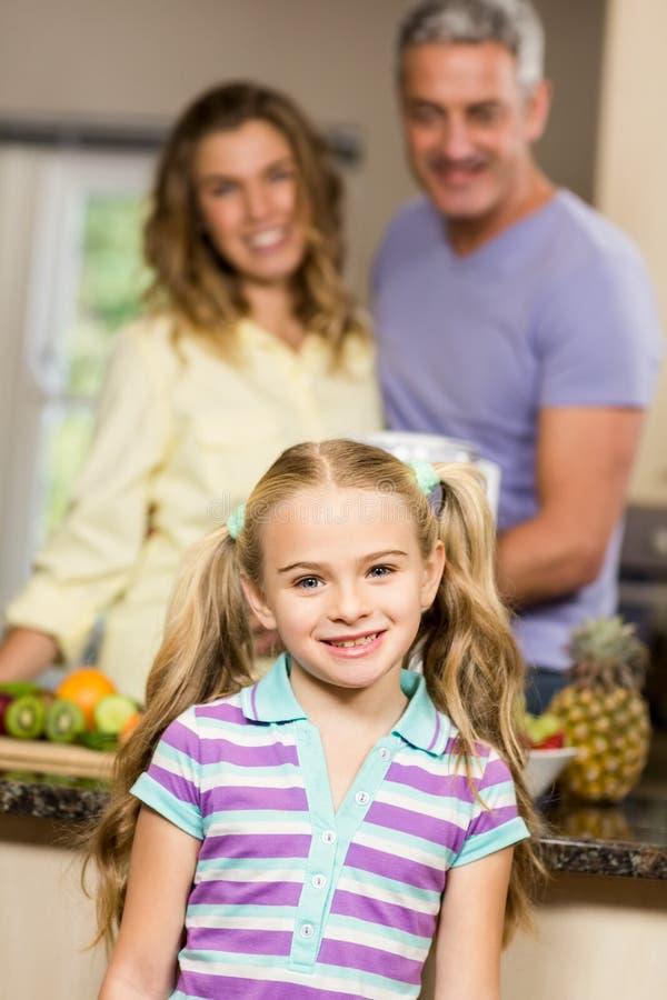 Portrait d'enfant mignon dans la cuisine image libre de droits