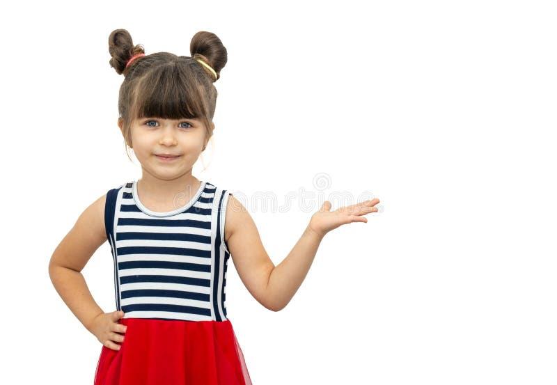 Portrait d'enfant posant et souriant avec la coupe de cheveux drôle, se dirigeant à l'espace libre pour la publicité photo libre de droits