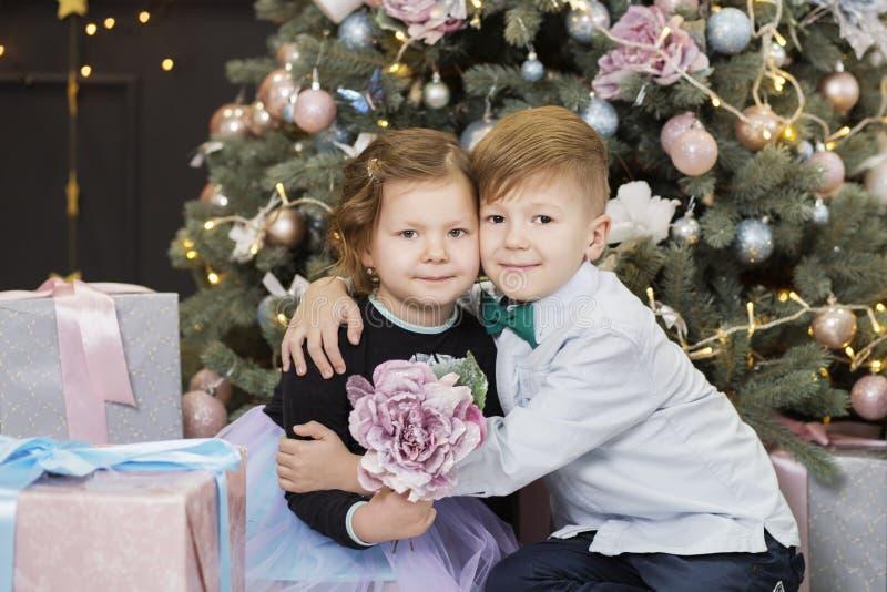 Portrait d'enfants heureux - gar?on et fille Petits enfants dans des d?corations de No?l photographie stock libre de droits