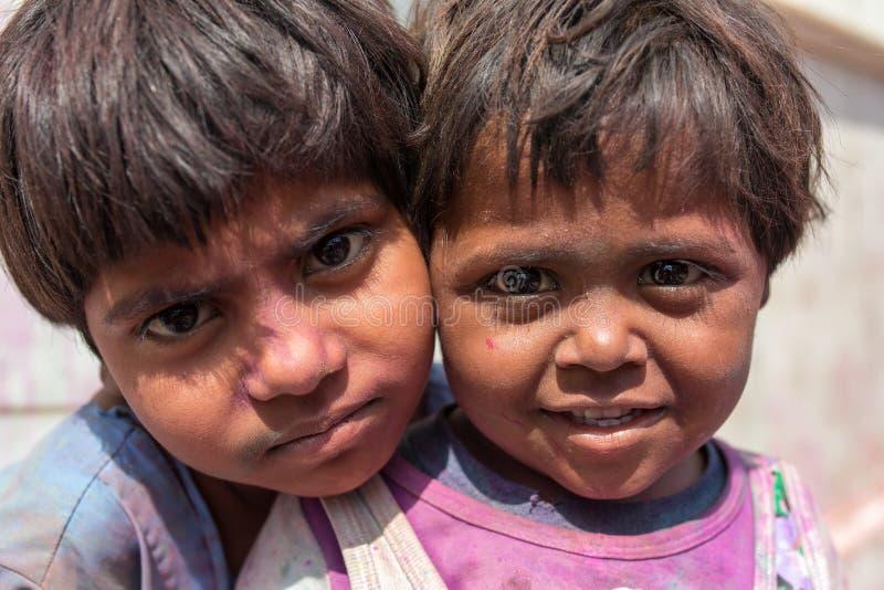 Portrait d'enfants indiens non identifiés pendant la célébration de Holi sur des rues de Vrindava, Inde image libre de droits