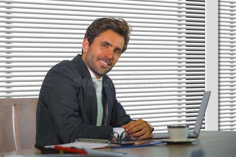 Portrait d'entreprise de société de mode de vie de jeune travailler heureux et réussi d'homme d'affaires décontracté au bureau mo images libres de droits