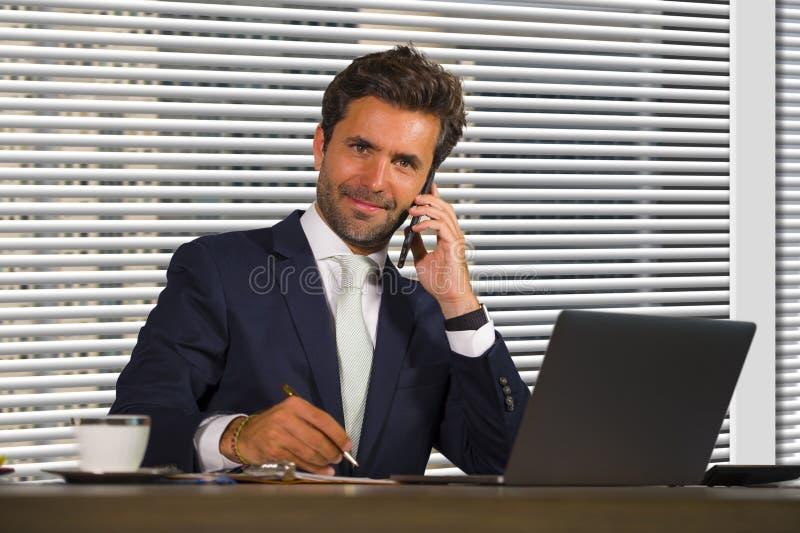 Portrait d'entreprise de société de mode de vie de jeune travailler heureux et réussi d'homme d'affaires décontracté au bureau mo image stock
