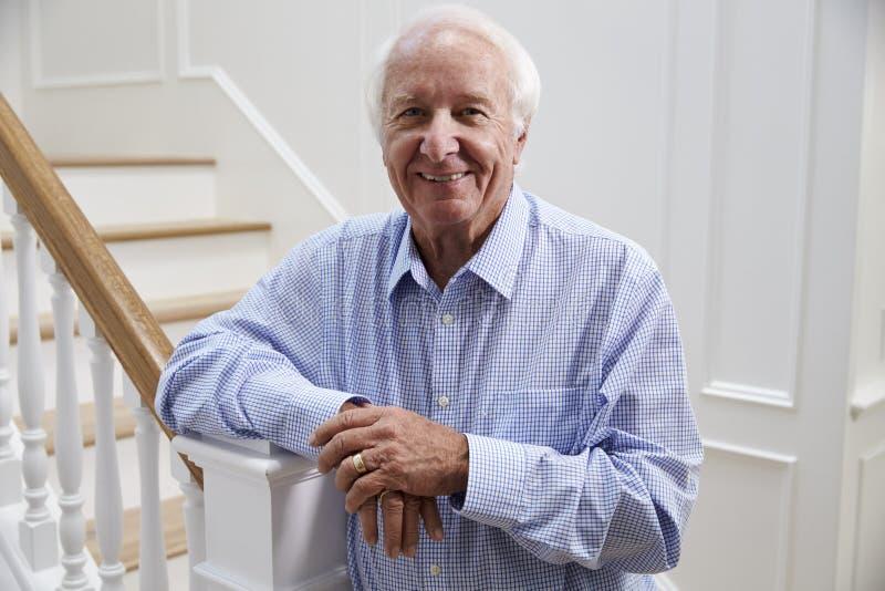 Portrait d'escalier se tenant prêt d'homme supérieur à la maison image stock