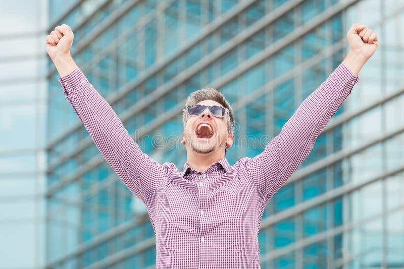 Portrait d'exécutif heureux se tenant dehors image stock