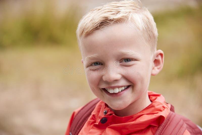 Portrait d'extérieur caucasien de la préadolescence de garçon, vue de face image stock