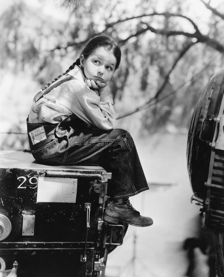 Portrait d'extérieur de attente de fille (toutes les personnes représentées ne sont pas plus long vivantes et aucun domaine n'exi photo libre de droits