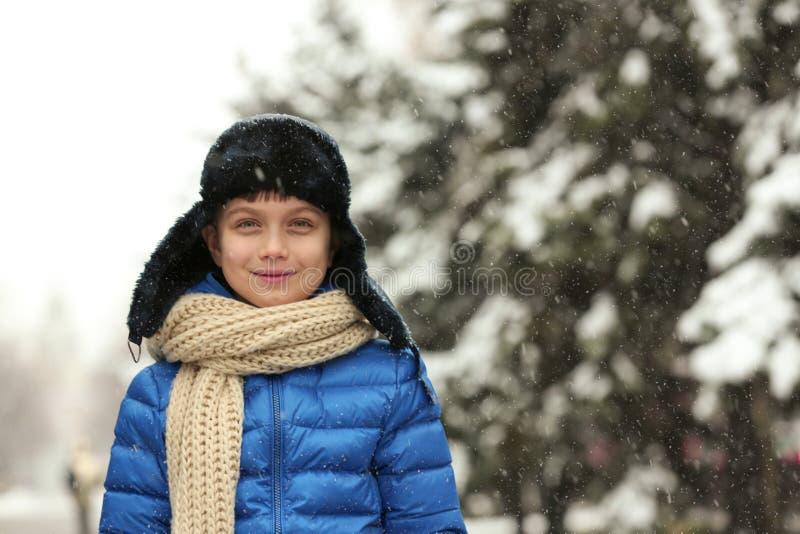 Portrait d'extérieur de petit garçon le jour neigeux images stock