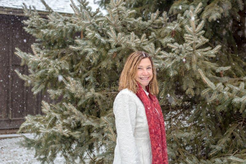 Portrait d'extérieur debout de femme heureuse par le pin avec la magie photos libres de droits