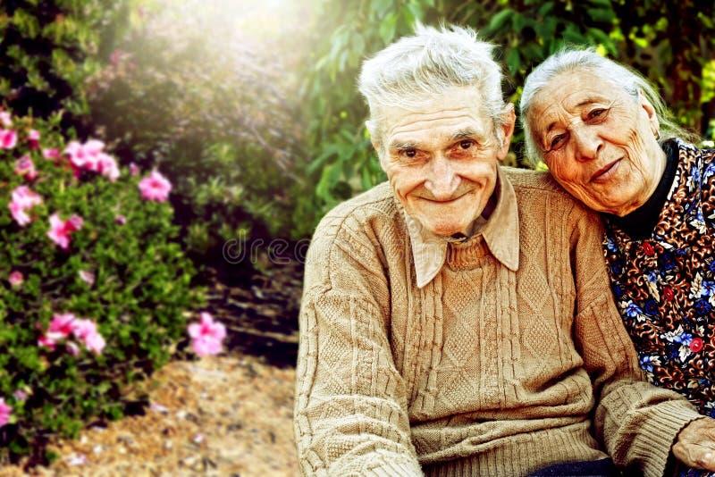 Portrait d'extérieur des couples supérieurs heureux images libres de droits