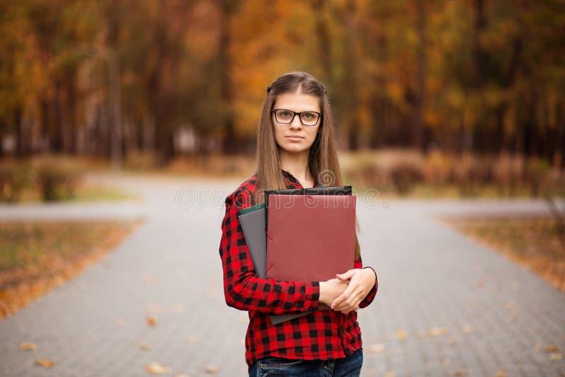 Portrait d'ext?rieur de fille d'?tudiant universitaire Fille de sourire d'?tudiant images libres de droits