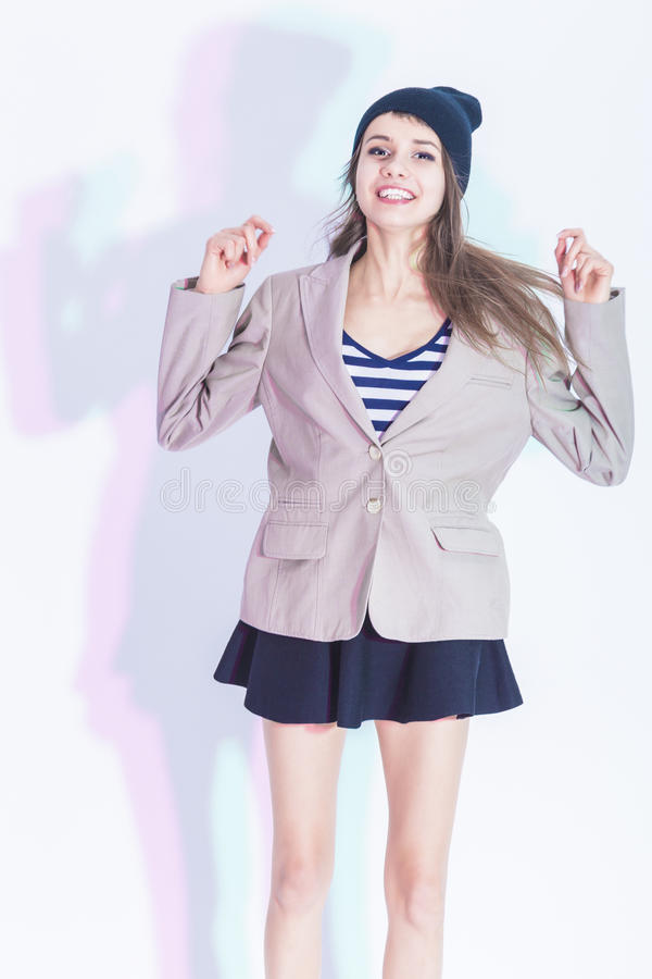 Portrait d'heureux et Glad Exclaiming Thin Brunette Girl dans la veste à la mode posant dans la jupe sexy images stock