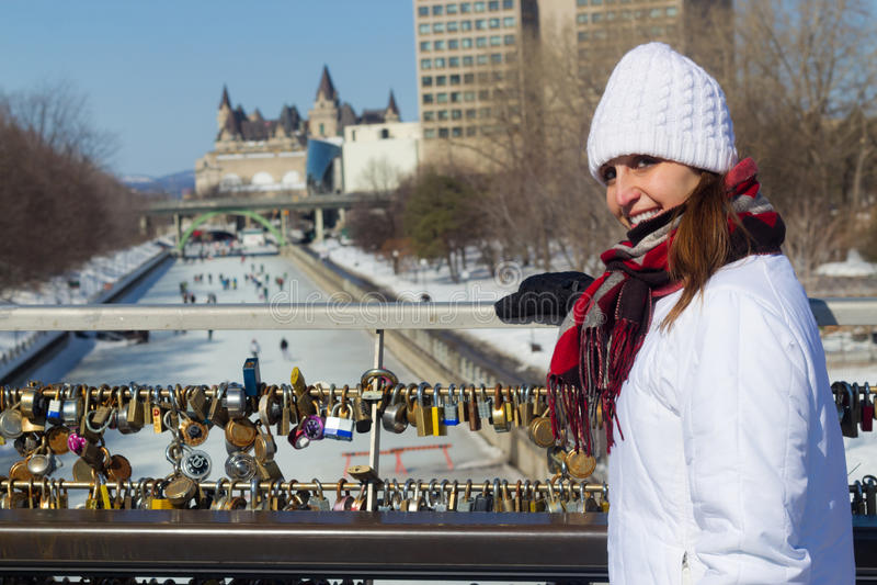 Portrait d'hiver d'une femme au canal d'Ottawa Rideau avec amour images libres de droits