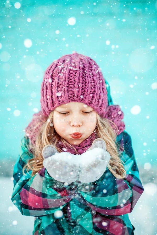 Portrait d'hiver d'une fille assez petite photo stock