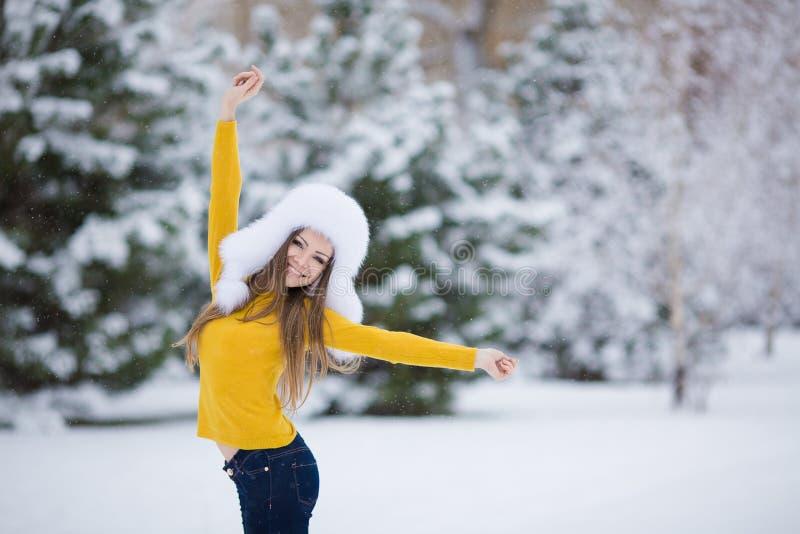 Portrait d'hiver de belle femme de sourire avec des flocons de neige en fourrures blanches photo libre de droits
