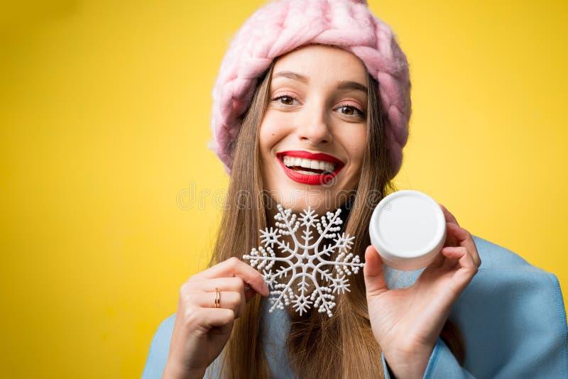 Portrait d'hiver de femme avec de la crème faciale photographie stock libre de droits