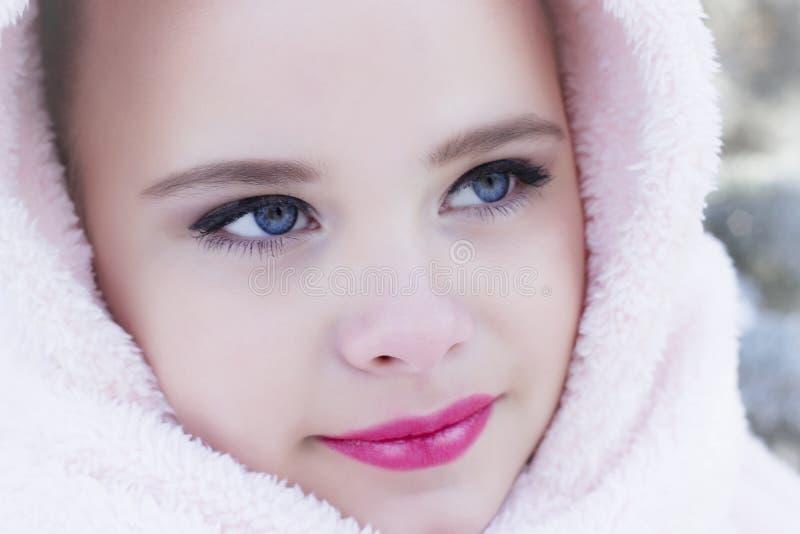 Portrait d'hiver de fille heureuse adorable d'enfant image libre de droits