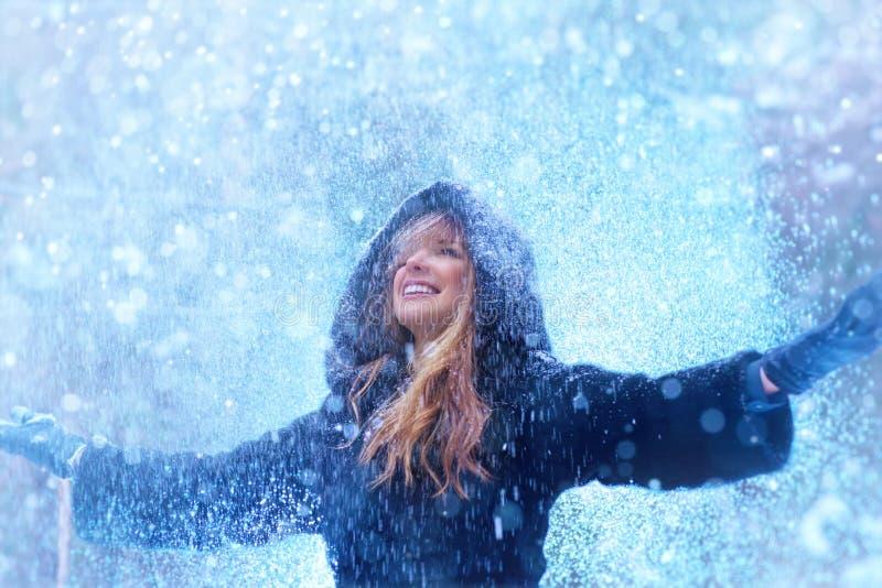Portrait d'hiver de jeune femme images libres de droits
