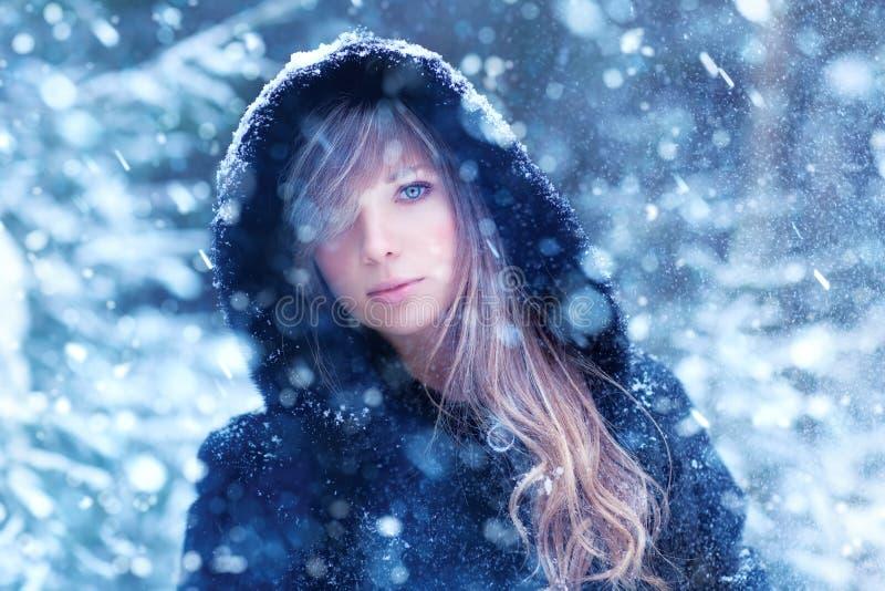 Portrait d'hiver de jeune femme photo stock