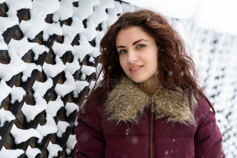 Portrait d'hiver de jeune femme. DOF peu profond. image stock