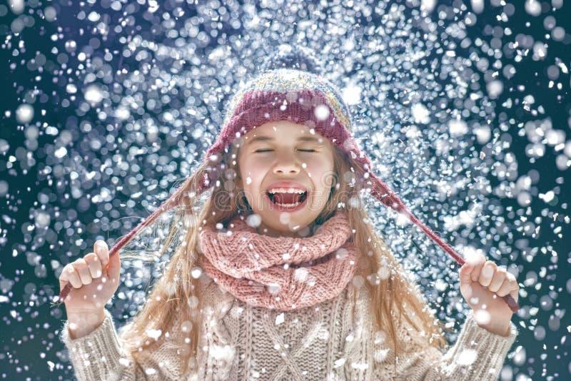 Portrait d'hiver de petite fille photos stock