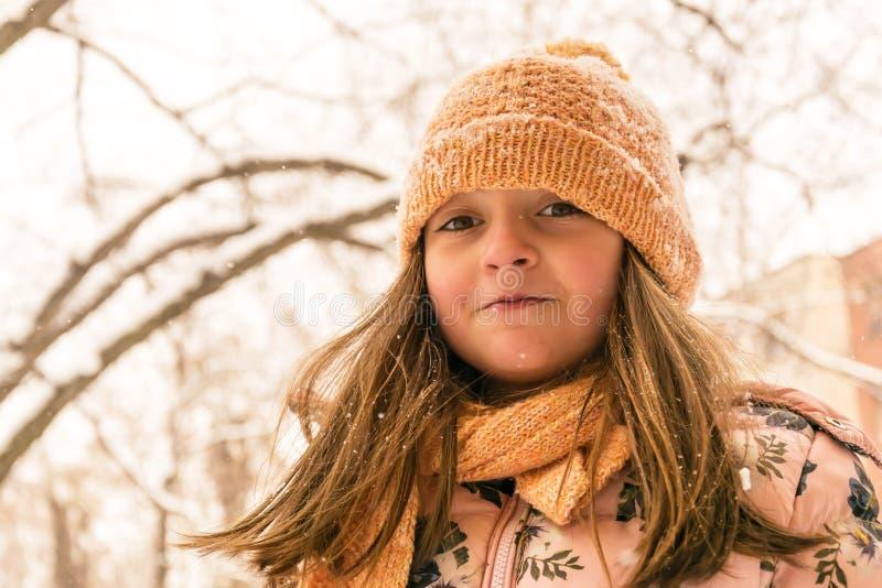 Portrait d'hiver Fille avec l'habillement d'hiver photographie stock libre de droits