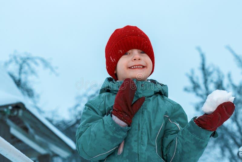 Portrait d'hiver d'un petit garçon dans le chapeau rouge Sourire heureux de chéri photo libre de droits