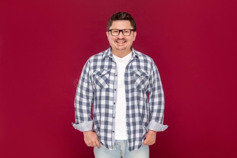 Portrait d'homme âgé par milieu beau satisfaisant heureux d'affaires dans la chemise occasionnelle et des lunettes à carreaux se  images libres de droits