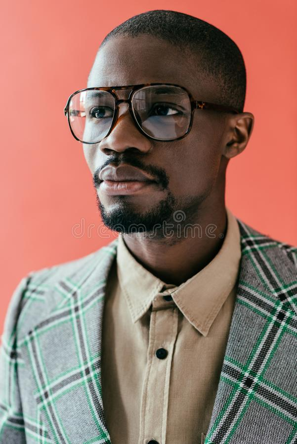 portrait d'homme élégant d'afro-américain dans des lunettes à la mode, photos libres de droits