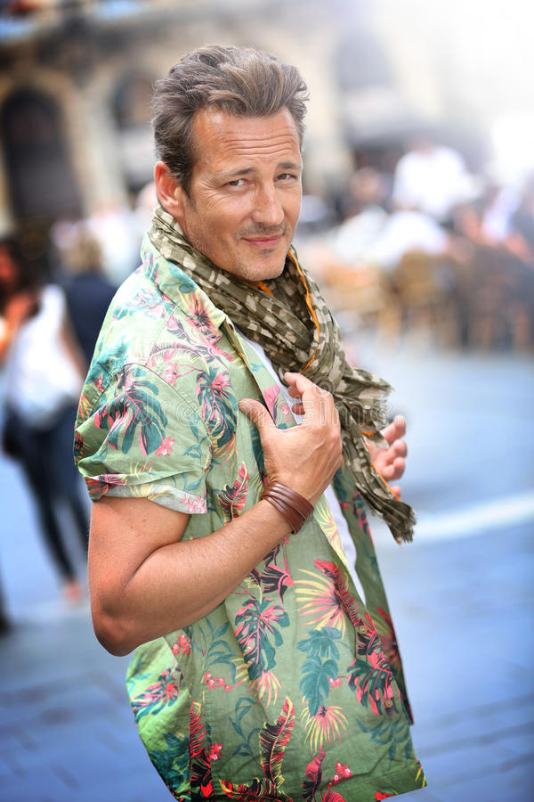 Portrait d'homme élégant bel avec des accessoires en ville image stock