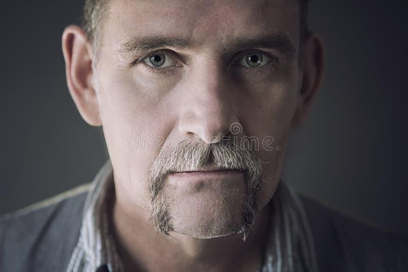 Portrait d'homme élégant dans son 50s photo stock