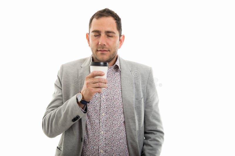 Portrait d'homme d'affaires appréciant une tasse de café pour aller photos stock