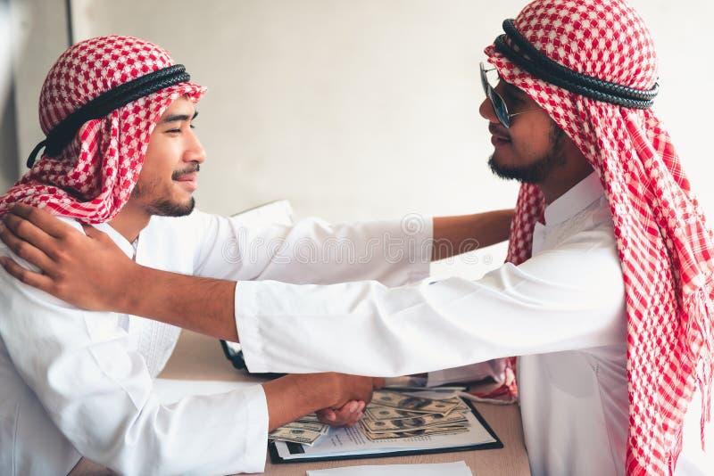 Portrait d'homme d'affaires arabe donnant une poignée de main à son busine photographie stock