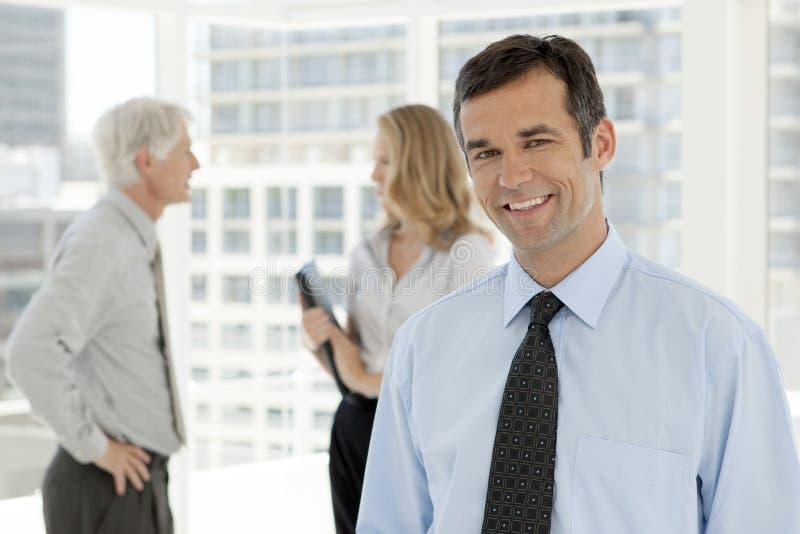 Portrait d'homme d'affaires de cadre d'entreprise avec des collègues photo libre de droits