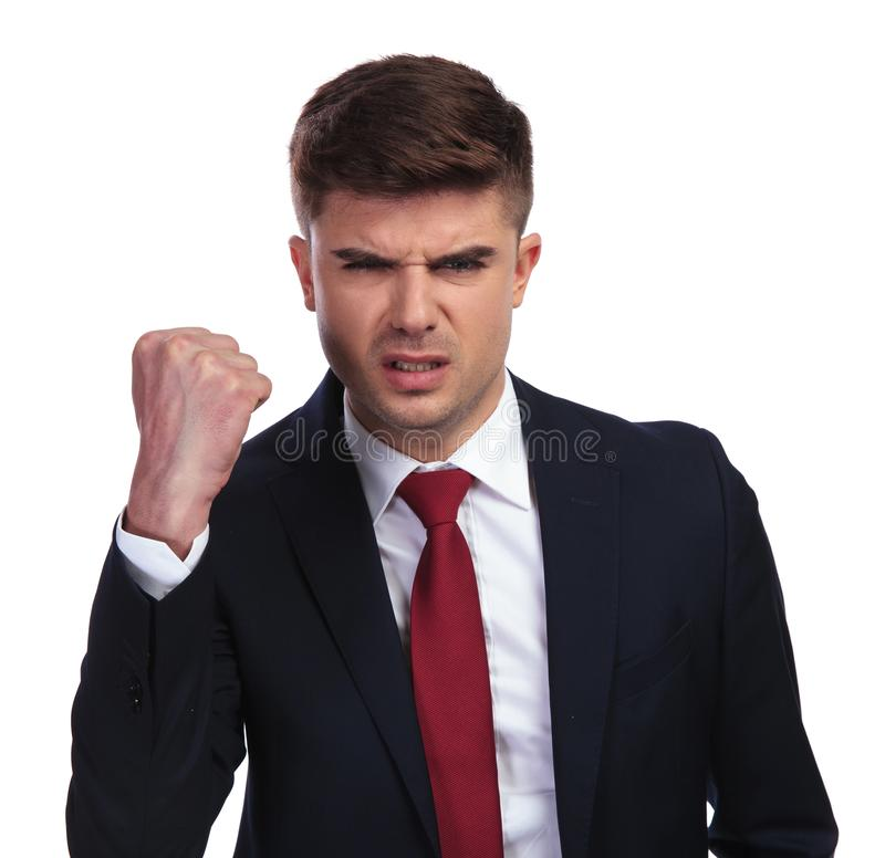 Portrait d'homme d'affaires fâché secouant son poing dans le ciel images libres de droits