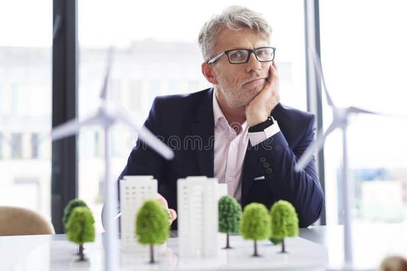 Portrait d'homme d'affaires fatigué au travail photo libre de droits